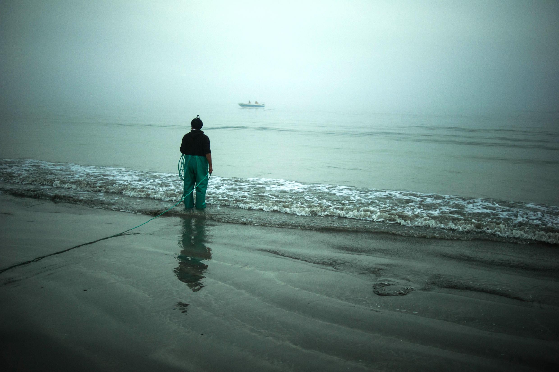 Un pêcheur sud-africain observe la mer depuis le village de Paternoster (photo d'illustration).