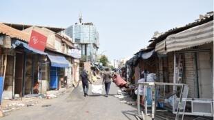 Les commerçants de l'avenue Emile Badiane, accolée au marché de Sandaga, en centre-ville de Dakar, plient bagage dimanche 2 août. Le marché et ses environs devront être réhabilités, le chantier mené par l'État durera deux ans.