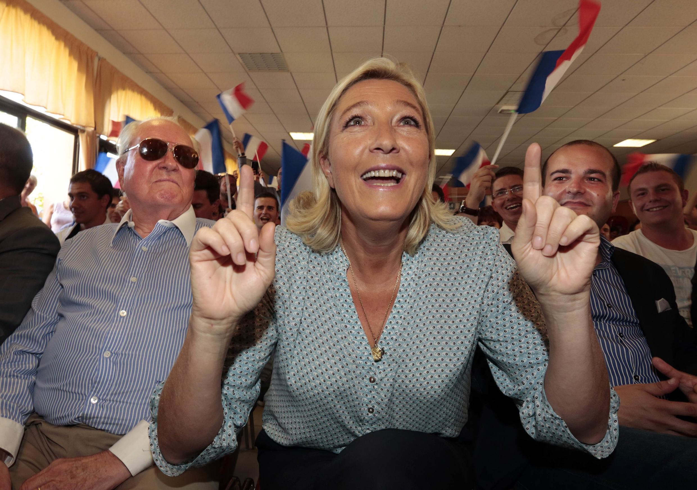 A presidente do partido Frente Nacional, Marine Le Pen, ganha preferência do eleitorado francês com a impopularidade do presidente François Hollande.