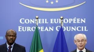 ប្រធានក្រុមប្រឹក្សាអឺរ៉ុបលោក Herman Van Rompuy (ស្តាំ) និងលោក Oumar Tatam Ly នាយករដ្ឋមន្ត្រីម៉ាលី នៅព្រុចសែល ថ្ងៃទី ៥កុម្ភៈ២០១៤