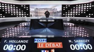 Cenário montado nos estúdios de La Plaine Saint-Denis, na região de Paris, para o debate entre François Hollande e Nicolas Sarkozy nesta quarta-feira.