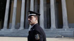 Un policier grec devant le Zappéion dans le centre d'Athènes.