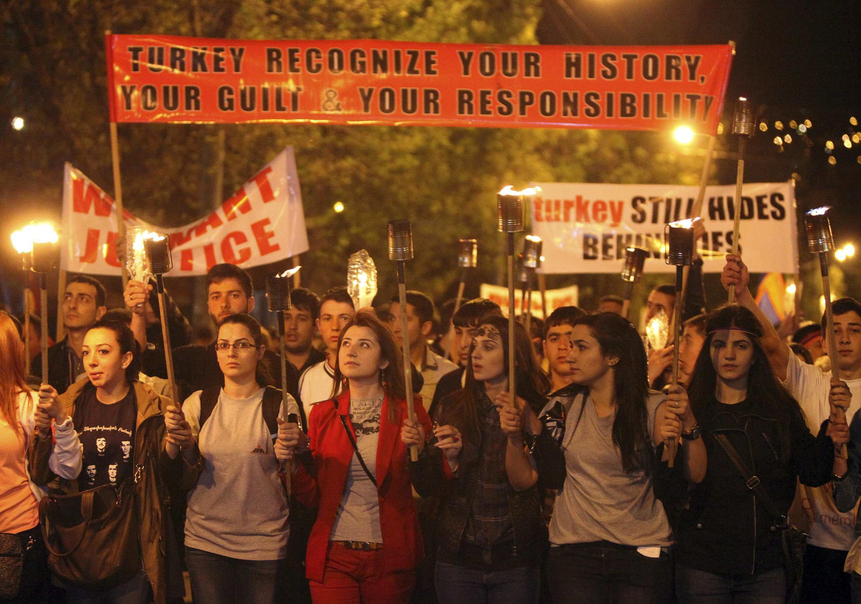 Armênios protestam em Yerevan, na véspera de aniversário de genocídio.