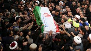 Uma multidão ocupa as ruas de Teerã na manha desta segunda-feira em homenagem ao general iraniano Qassim Suleimani, morto na ultima sexta-feira em um bombardeio americano no Iraque.