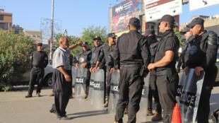 Un hombre habla con agentes de seguridad durante una protesta de kurdos iraquíes en Suleimaniya, el 5 de junio de 2021, en el norte de Irak