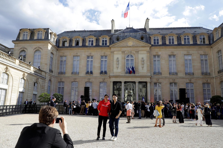 Franceses e turistas chegam para show da programação oficial da 38ª Festa da Música no Palácio do Eliseu.