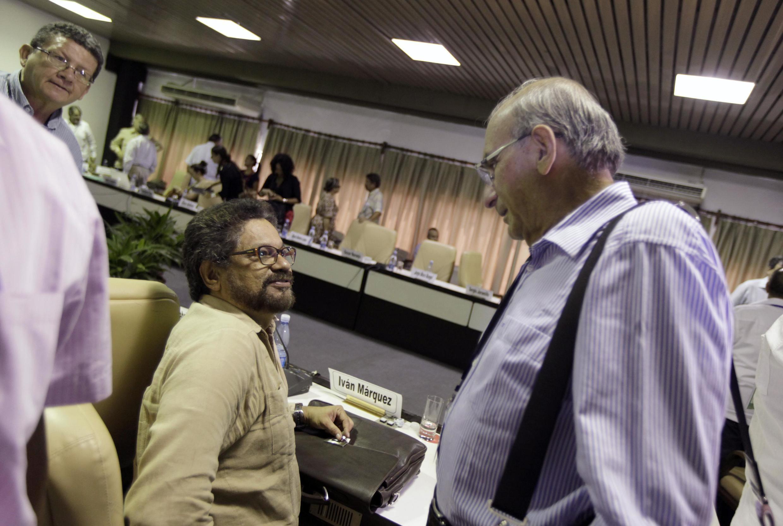 El negociador de las FARC, Iván Márquez (izquierda, sentado) y el representante del gobierno colombiano, Humberto de la Calle (derecha), durante la reunión del 21 de agosto en La Habana.