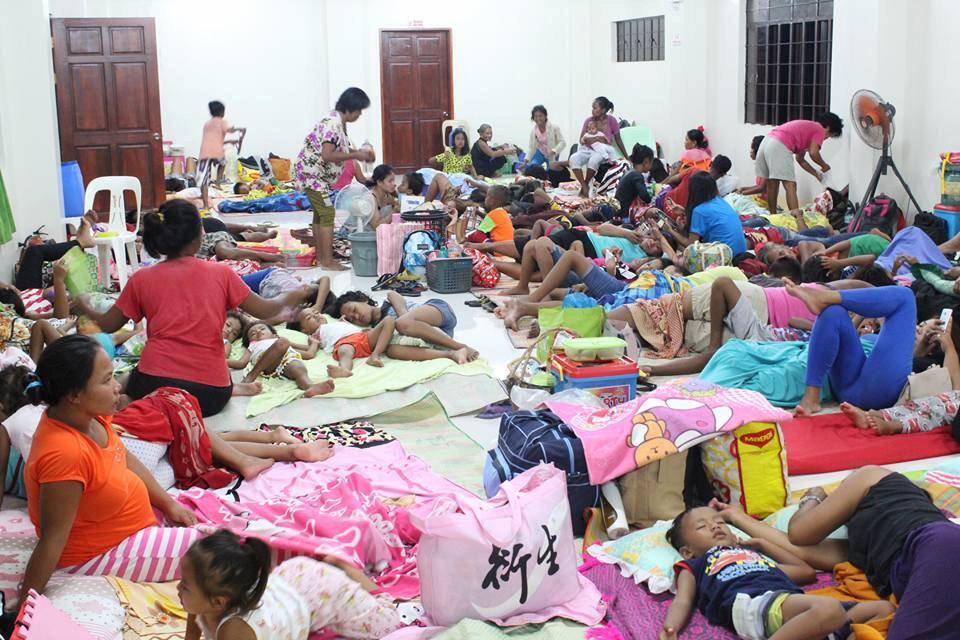 Moradores de Cagayan se refugiaram em abrigos devido à passagem do supertufão Mangkhut.