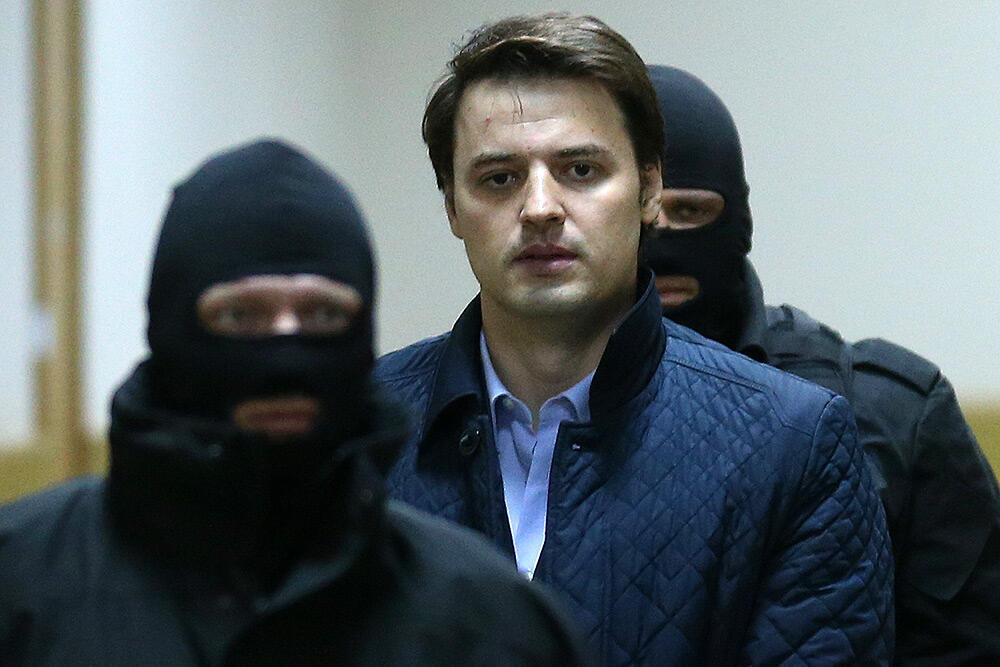 Борис Колесников под конвоем перед залом суда