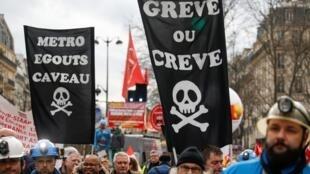 Des manifestants opposés à la réforme des retraites dans les rues de Paris le 20 février 2020.