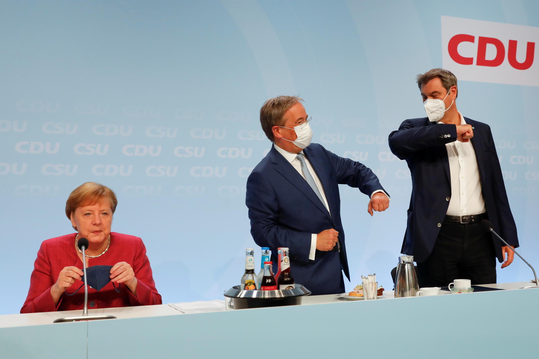 La chancelière allemande Angela Merkel, le chef de l'Union chrétienne-démocrate (CDU) Armin Laschet et le chef de l'Union chrétienne-sociale (CSU) Markus Soeder au congrès de l'Union chrétienne-démocrate (CDU) à Berlin, en Allemagne, le 21 juin 2021.
