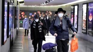 Люди в медицинских масках в пекинском метро, 21 января 2020.