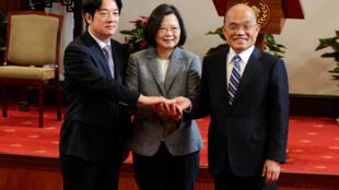 De gauche à droite, l'ex-ministre William Lai, la présidente Tsai Ing-wen et le nouveau Premier ministre Su Tseng-chang, après leur conférence de presse à Taiwan, le 11 janvier 2019.