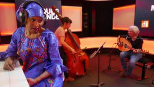 Fatou Seidi Ghali écoute Sarah Murcia et Kamilya Jubran à RFI.
