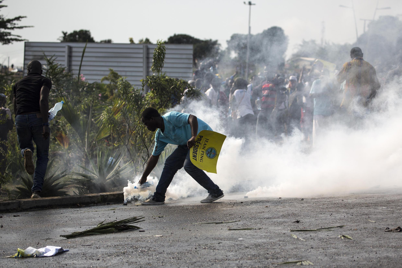 Des affrontements ont lieu à Libreville entre partisans d'Ali Bongo Ondimba, réélu président, et ceux de Jean Ping, candidat à l'élection arrivé deuxième, le 31 août 2016.
