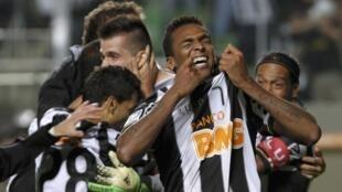 O Atlético Mineiro venceu o Newell's Old Boys por 3 a 2 nos pênaltis nesta quarta-feira, 10 de julho de 2013, em Belo Horizonte.