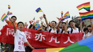 Une centaine de jeunes gens défilent dans les rues de Changsa, en Chine, dans la province du Hunan, le 17 mai 2013, contre les discriminations faites aux homosexuels, lors de la journée internationale contre l'homophobie.