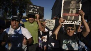 Il y a presque un an, le 18 janvier 2017, des manifestants défilaient à Buenos Aires pour exiger que la lumière soit faite sur la mort du procureur Nisman.