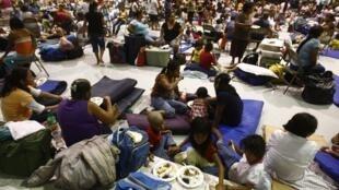 Residentes del estado Mexicano de Tamauilpas, en Matamoros, evacuados por el huracán Alex, 30 de junio de 2010.
