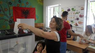 Cử tri Albani đi bầu Quốc Hội tại một phòng phiếu ở thủ đô Tirana, ngày 25/06/2017