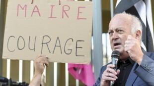 Le maire de Langouët, Daniel Cueff, prend la parole devant des manifestants lors de son arrivée au tribunal administratif de Rennes, le 22 août 2019.