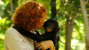 Claudine André avec un bonobo.