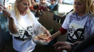 Distribution de repas gratuits aux manifestants, aux sans-abri et aux chômeurs lors d'une manifestation contre Mauricio Macri à Buenos Aires, le 1er mai 2019.