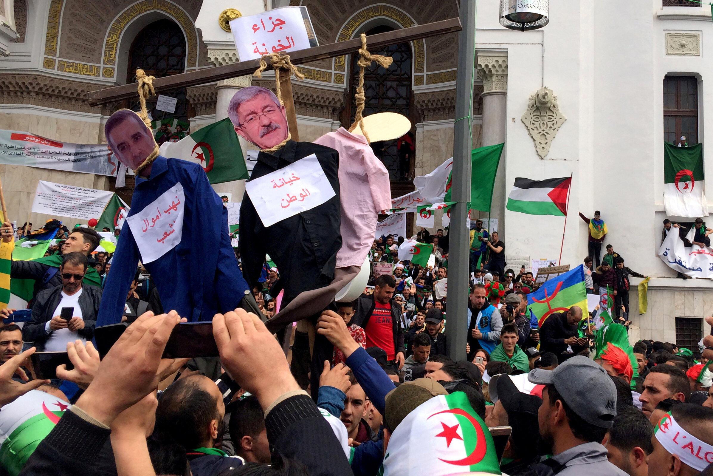 Des milliers de manifestants dans les rues d'Alger, le 5 avril 2019, pour réclamer le départ des principaux cadres du système politique algérien.