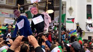 Des milliers de manifestants ont à nouveau défilé dans les rues d'Alger, le 5 avril 2019, pour réclamer le départ des principaux cadres du système politique algérien.