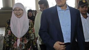 Anwar Ibrahim and his wife Wan Azizah Wan Ismail arrive at the courthouse in Kuala Lumpur