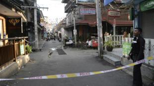 Askari polisi wa Thailand apiga doria katika mji wa Hua Hin baada ya milipuko miwili  Agosti 12.