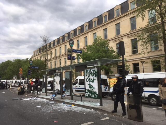 Des heurts ont éclaté entre forces de l'ordre et militants des «Black Blocs» non loin de la gare d'Austerlitz à Paris, le 1er mai.