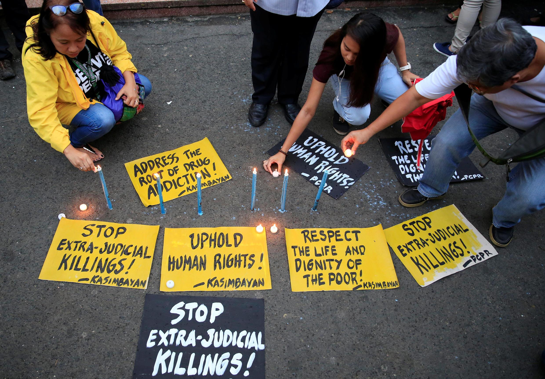Des militants des droits de l'homme et des groupes de paroissiens allument des bougies et en appellent à la justice devant l'augmentation vertigineuse du nombre d'exécutions extra-judiciaires, à Manille, le 10 août 2016.