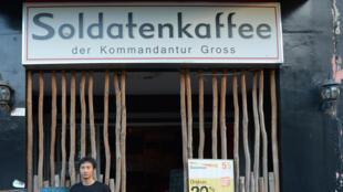 Le SoldatenKaffee, situé à Bandung dans le centre de l'île de Java, en Indonésie.  La communauté internationale a été claire : elle condamne cette «ignorance et cette faute de goût».