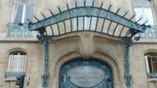 Création du verrier Jacques Gruber pour l'entrée de la chambre de Commerce de Nancy