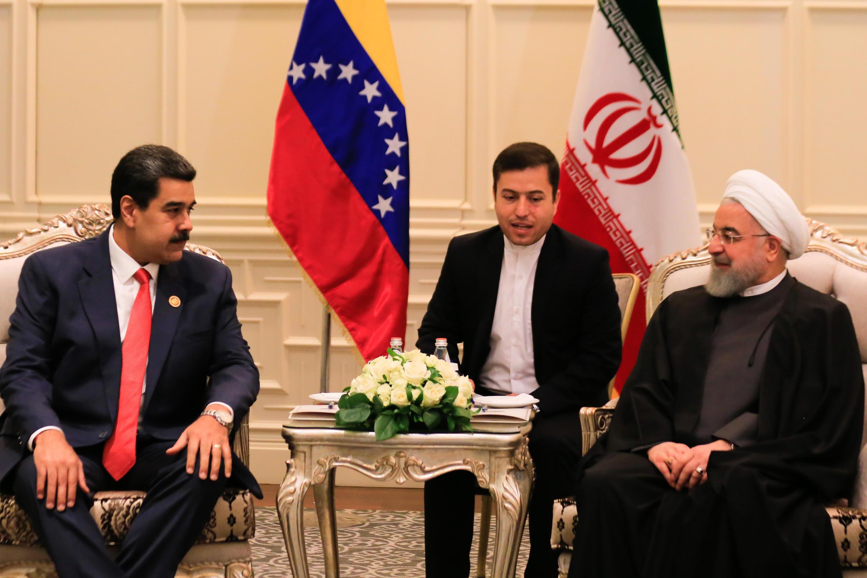 El presidente de Irán, Hassan Rouhani (D), participa de una reunión bilatral con su par venezolano Nicolás Maduro, el 25 de octubre de 2019 en el Centro de Convenciones de Bakú el 25 de octubre de 2019