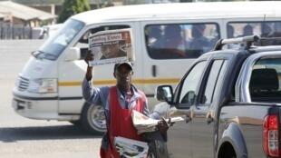 Os jornais sul-africanos dedicaram suas manchetes neste domingo ao estado de saúde de Nelson Mandela.