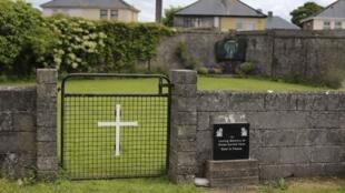 Lối vào nơi phát hiện hố chôn hài cốt 800 trẻ nhỏ trong một trại tế bần Công Giáo, thành phố Tuam, Ailen.