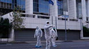 Polícia antiterrorista grega investiga explosão de bomba-relógio em tribunal de Atenas, em 22 de dezembro de 2017.