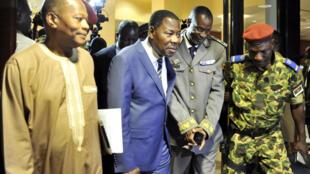 Le président béninois Boni Yayi et le général Diendéré (au centre) à la sortie de la conférence de presse à Ouagadougou, le 19 septembre.