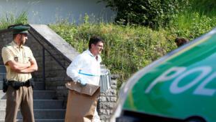 Policiais deixam a residência do autor do atentado em  Ansbach, que deixou 15 feridos