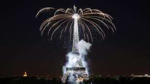 مراسم آتشافروزی شامگاه ۱۴ ژوییه هر ساله در پاریس در محل برج معروف ایفل برگزار میشود.