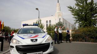 Polícia francesa en Trappes, cerca de París, después de un ataque con arma blanca el 23 de agosto de 2018.