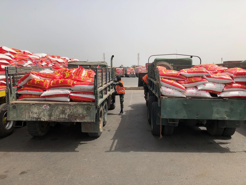 Camions d'aide élémentaire pour les ménages vulnérables au Sénégal.
