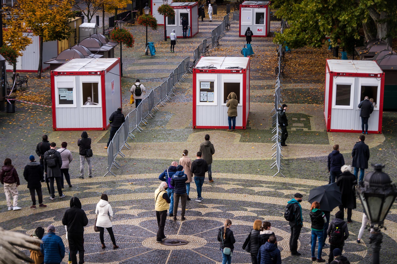 Gente esperando para participar en la campaña masiva de detección de covid-19 en Bratislava, la capital de Eslovaquia, el 31 de octubre de 2020
