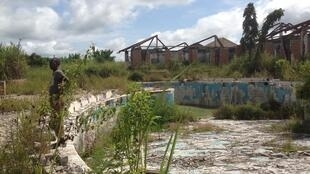 La piscine olympique derrière la résidence de Kawele,dernière demeure de Mobutu avant l'exil, aujourd'hui, en ruines, après de multiples pillages.
