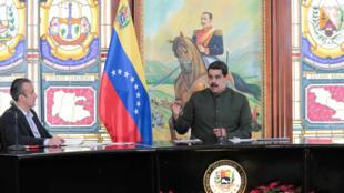 O presidente venezuelano Nicolás Maduro (dir.) com seu vice, Tareck El Aissamiem, em Caracas, 30 de outubro de 2017.