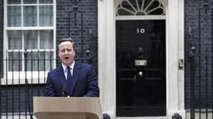លោកដេវីដ ខាមឺរ៉ុន នៅខាងមុខការិយាល័យលេខ10 Downing Street ទីក្រុងឡុងដ៍