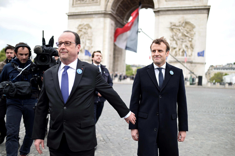 Rais anayemaliza muda wake François Hollande na Rais mteule Emmanuel Macron wakati wa hafla ya 8-Mei mjini Paris.
