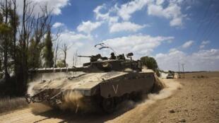 Un tank israélien à la frontière de la bande de Gaza, 18 juillet 2014.